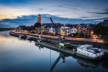 Deventer skyline tijdens het blauwe uurtje van Jaimy Leemburg Photography