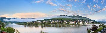 Zell an der Mosel panorama tijdens zonsopkomst von Dennis van de Water