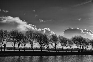 Wolkenlucht in zwart wit. von Addy van den Bosse