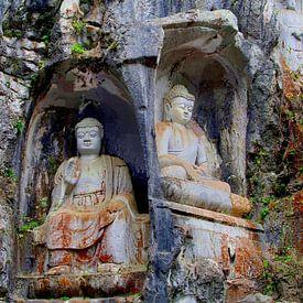 Boeddha's in rotswand van Inge Hogenbijl