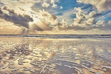Nordseestrand und die Nordsee bei Sonnenuntergang von eric van der eijk