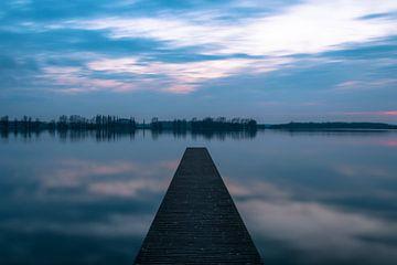 Pier am See 'Valkenburg' nach Sonnenuntergang von Richard Steenvoorden