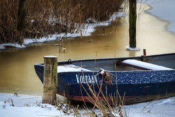 Roeiboot vastgevroren in ijs van Peter Bolman