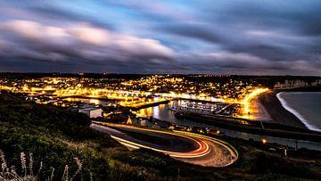 Fécamp bei Nacht mit Lichtspuren beleuchtet von Jan Hermsen
