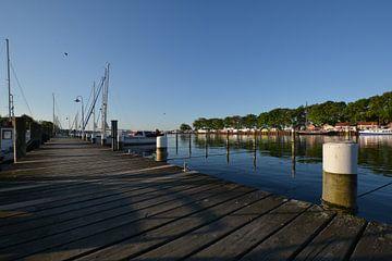 Bootssteg im Hafen Lauterbach von GH Foto & Artdesign