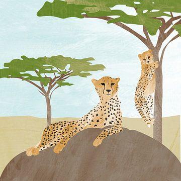 Gepard auf Felsen mit Baby-Leopard im Baum von