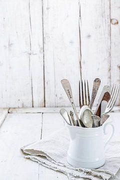 12460593 Vintage bestek in een porselijnen kan van BeeldigBeeld Food & Lifestyle