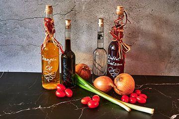 Diverses huiles de cuisson telles que le balsamique de dattes et l'huile d'orange. sur Michaela Bechinie