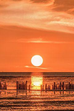 Zonsondergang op Het Wad vanaf de pier van PaesensModdergat van Harrie Muis