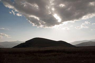 Wolk en berg in symbiose. Hoogvlakte bij Sevanmeer Armenië von Anne Hana