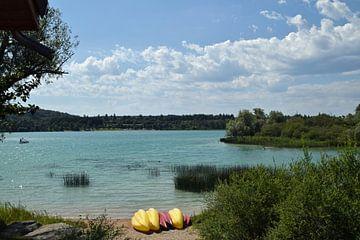 Kanus am Rande des Erholungssees Lac de Chalain im französischen Jura von Robin Verhoef