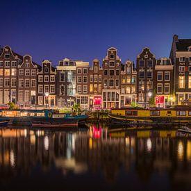 Amsterdamse grachtenpanden in de avond van Edwin Mooijaart
