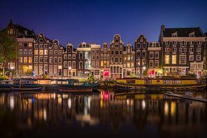 Amsterdamse grachtenpanden in de avond