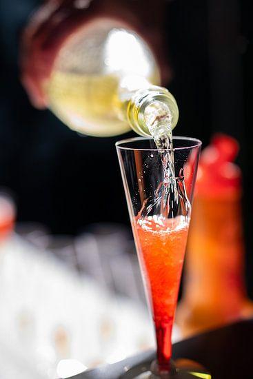 Champagne rode cocktail op een bar.