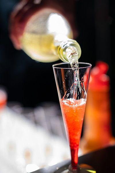 Champagne rode cocktail op een bar. van Jan van Dasler