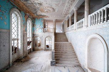 Riesige verlassene Treppe im Verfall. von Roman Robroek