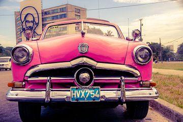 Roze klassieke auto in de straten van Havana, Cuba
