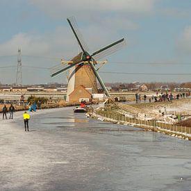 schaatsen bij de molen bij De Lier van Compuinfoto .