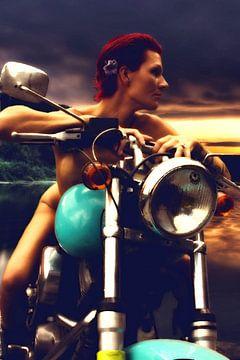 Naakte roodharige jonge vrouw op motor bij zonsondergang (woman on motorbike). van