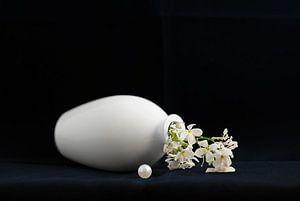 Stilleven met parel en witte bloem