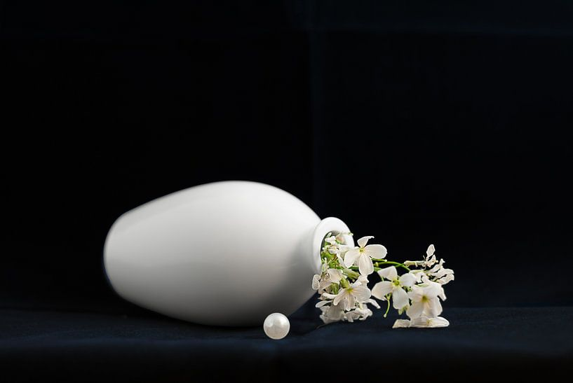 Stilleven met parel en witte bloem van Hannie Kassenaar
