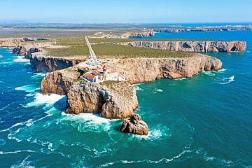 Luftaufnahme des Leuchtturms Cabo Vicente bei Sagres in Portugal von Nisangha Masselink