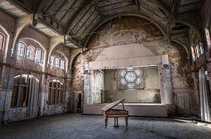 Piano in oud theater van