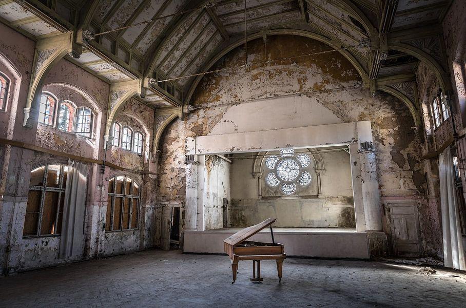 Piano in oud theater van Inge van den Brande