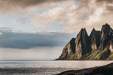 Zonsondergang aan zee op de Lofoten, Noorwegen. van Manon van Goethem