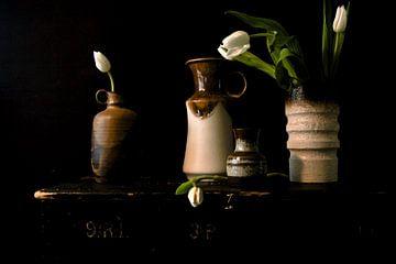 Bild eines Stilllebens mit Vasen mit Tulpen aus den 70er Jahren. von Therese Brals