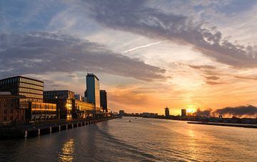 Sonnenuntergang am Passenger Terminal in Amsterdam Veemkade von Edith Albuschat