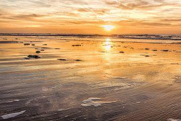 Zeegezicht met de kustlijn van de Noordzee van eric van der eijk