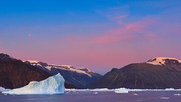 Icebergs at sunrise in the Rodefjord, Scoresbysund, Greenland van Henk Meijer Photography