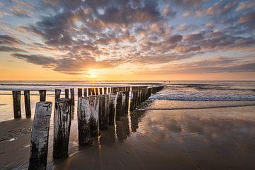 Brise-lames sur la plage de Domburg VI sur Martijn van der Nat