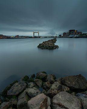 de Zwijndrechtse brug tijdens het blauwe uur. van Rob Bout