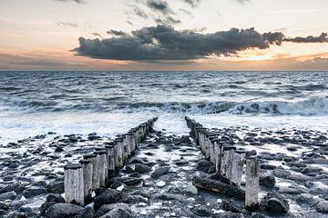 Zonsondergang aan de Noordzee kust bij Westkapelle van Jan Poppe