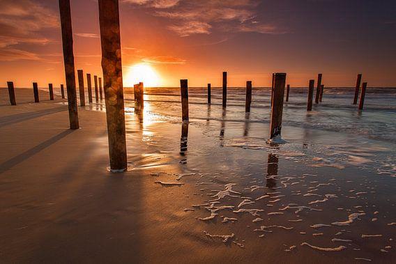 Zonsondergang strand Petten palendorp van  Petra van Huisstede