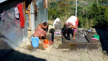 'Haar wassen', Ghasa- Nepal van Martine Joanne