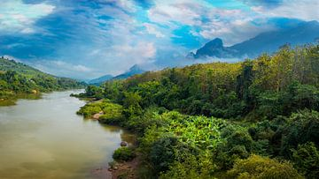Panorama van een rivier in Noord Laos van Rietje Bulthuis