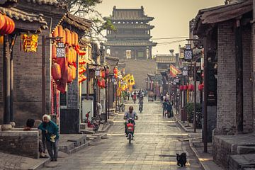 De prachtige stad Pingyao (China) in de ochtend uren. van Claudio Duarte