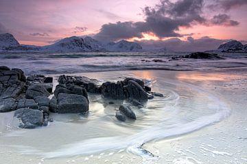 Felsen auf verschneitem Strand von Hannon Queiroz