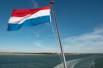 Nederlandse vlag achter op de Friesland