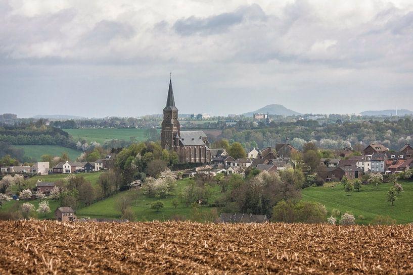 Prachtig uitzicht op Vijlen en de Sint-Martinuskerk  van John Kreukniet