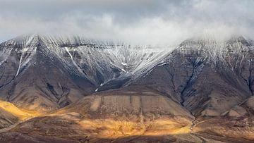 Montagnes près de Longyearbyen sur Cor de Bruijn