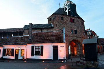 Vischpoort von Harderwijk zu Beginn des Abends von Gerard de Zwaan