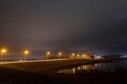 De sluis van Enkhuizen by night van