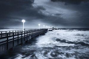 Winterstorm op de pier van Scharbeutz aan de Oostzee