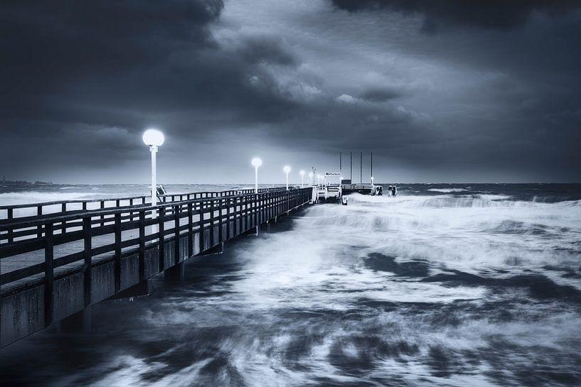 Winterstorm op de pier van Scharbeutz aan de Oostzee van Voss Fine Art Fotografie