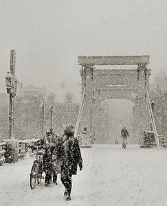 Magere Brug in de sneeuw. Amsterdam van Frank de Ridder