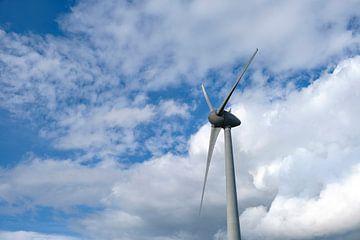 Windmolen in een windpark met wolken in de achtergrond van Sjoerd van der Wal
